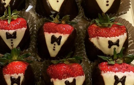 Looking for something different to serve at your wedding? Why not try our super cute strawberry groomsmen?! Not only are they totally adorable but conveniently sized and healthy to boot! Call us today and speak to one of our wedding specialists.